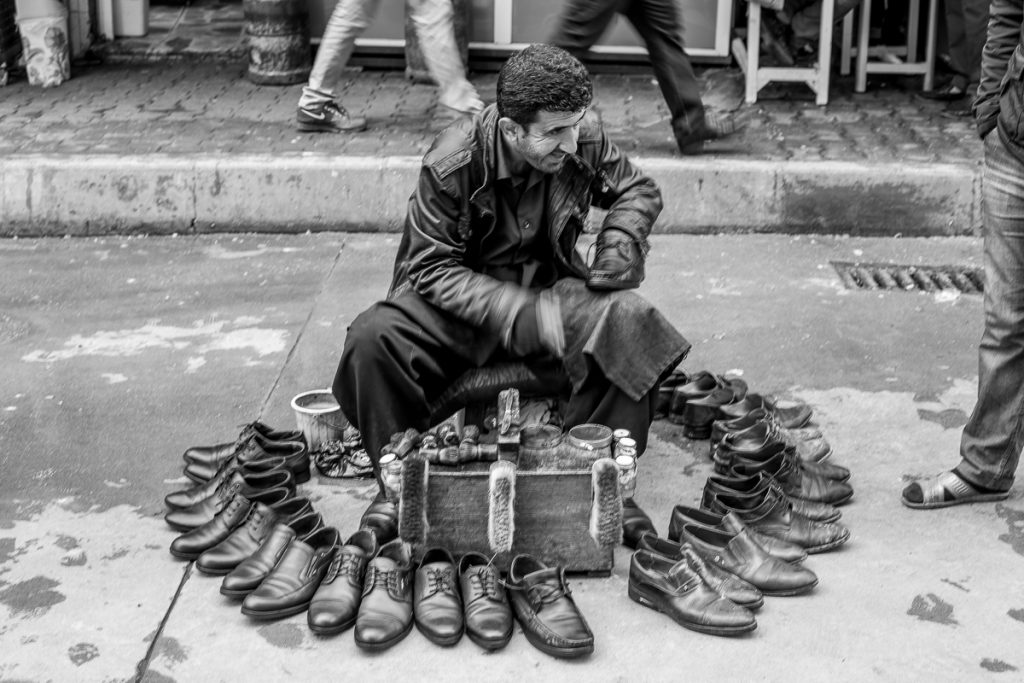 A shoe cleaner at Duhuk / Dohuk, Irak