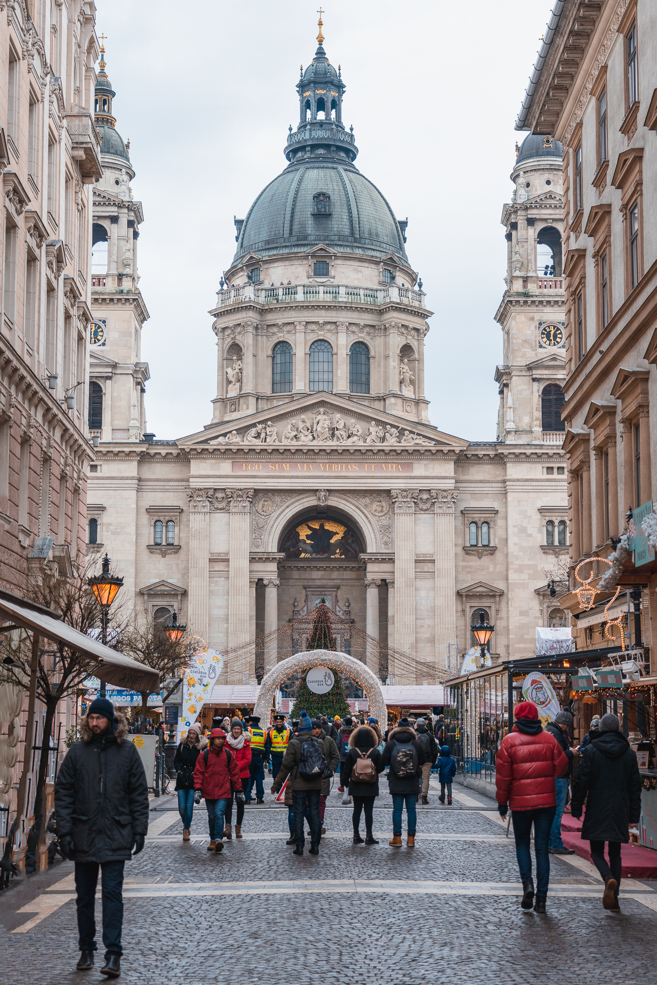 St. Stephen's Basilica in Budapest with a Christmas market in fr